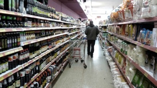 El consumo cayó 4,1% interanual en junio, según un relevamiento privado