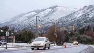 Bariloche está cubierta de nieve y piden precaución