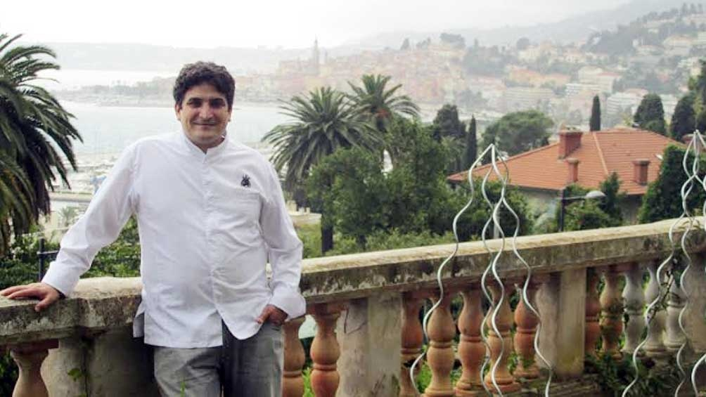 Mauro Colagreco, en la terraza de Mirazur, con el Mediterráneo de fondo.