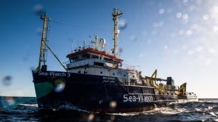 Italia intercepta y aborda el barco con 42 migrantes frente al puerto de Lampedusa