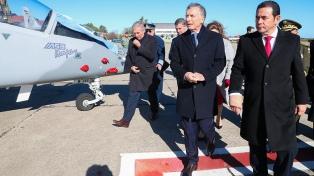 Macri y Morales encabezaron el acto de venta de aviones Pampa III a Guatemala