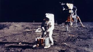 El médico argentino Enrique Febbraro propuso celebrar el Día del Amigo en la fecha en que el hombre llegó a la Luna.