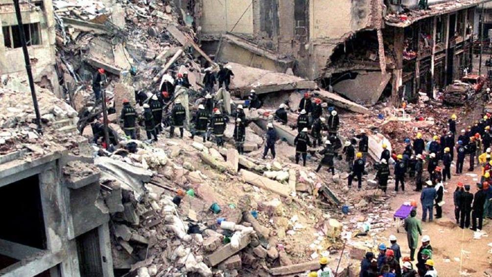 De inmediato, rescatistas profesionales y voluntarios se acercaron al edificio de la Mutual israelita.