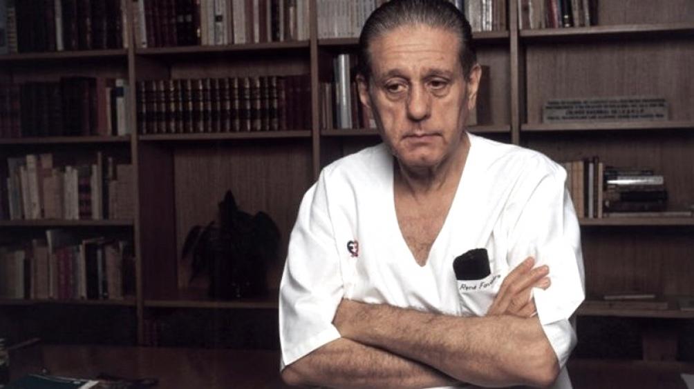 Tras su graduación, Favaloro fue médico rural en la localidad pampeana de Jacinto Aráuz.