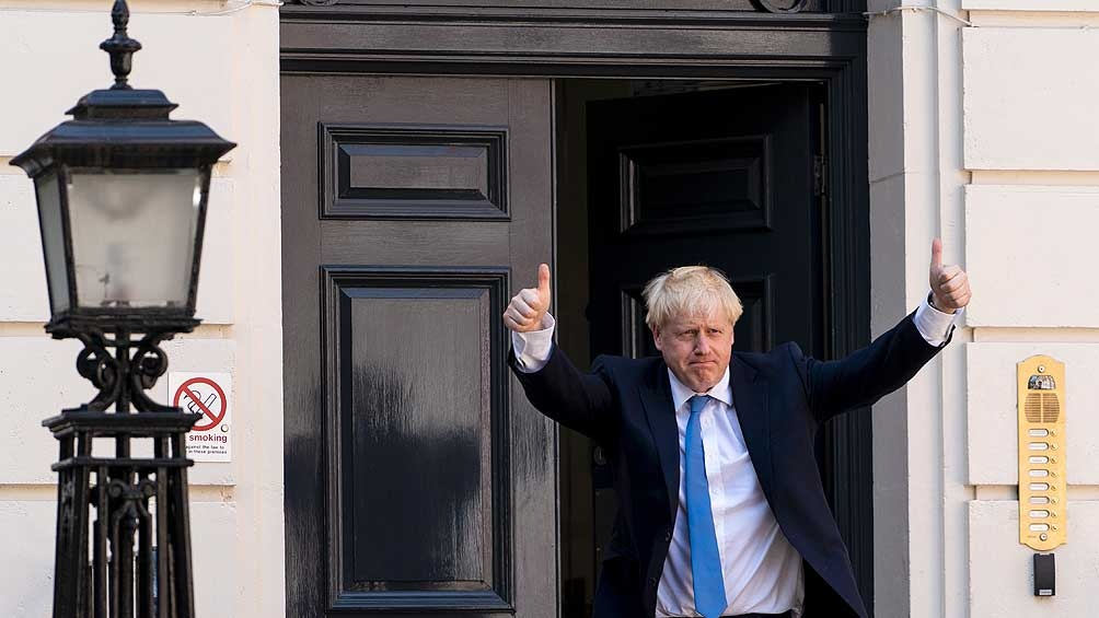 Boris Johnson, en la puerta de la residencia de Downing Street, cuya remodelación habría costado unos 277 mil dólares.