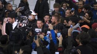 """Ante una marea de hinchas, De Rossi dijo estar """"contento"""" de llegar a Boca"""