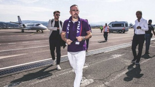 El francés Franck Ribery firmó su contrato con Fiorentina