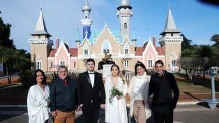 Tres parejas se casaron en la República de los Niños entre castillos de cuentos de hadas