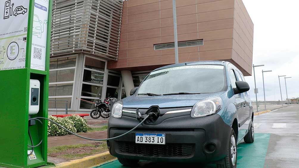 Los vehículos eléctricos tienden a reemplzar a los que utilizan combustible fósil.