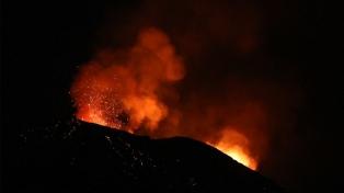 Evacúan entre 12 y 15 mil personas tras la erupción del volcán de la isla San Vicente