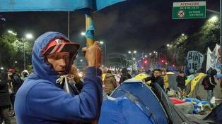 Manifestantes levantan el acampe sobre la avenida 9 de Julio y Belgrano