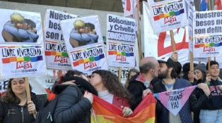 "Realizan un ""besazo antiodio"" para repudiar la censura de un cómic gay"