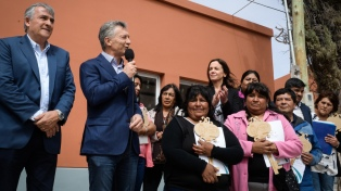 El Presidente entregó escrituras a familias damnificadas por el alud de 2017