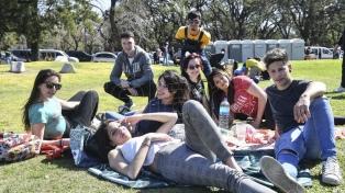 Miles de jóvenes ocuparon los principales espacios verdes para celebrar la Primavera