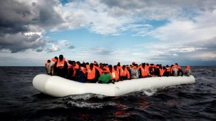 Casi 200 migrantes esperan en el Mediterráneo que la UE les ofrezca un puerto