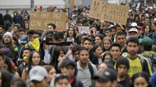 Estudiantes de 11 universidades protagonizan una violenta protesta