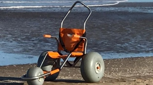Villa Gesell tiene la primera playa del país adaptada para personas con discapacidad