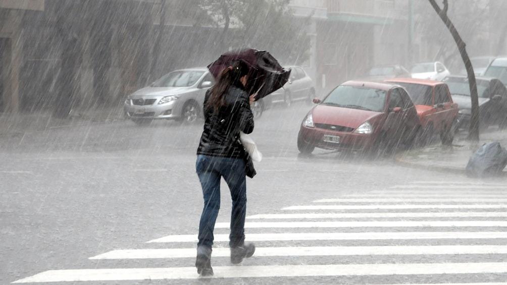 """El área será afectada """"por vientos del sector sur rotando al sudoeste con velocidades entre 55 y 75 km/h""""."""