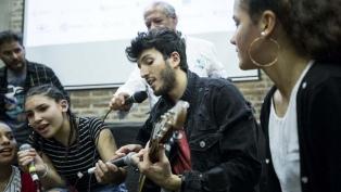 El músico colombiano Sebastian Yatra cantó junto a niños y adolescentes en la Villa 31
