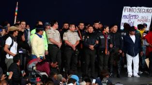 Manifestantes tienen de rehenes a policías en la Casa de la Cultura