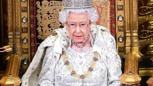 """La reina Isabel II acuerda un """"período de transición"""" y apoya el """"deseo"""" de los duques de Sussex"""