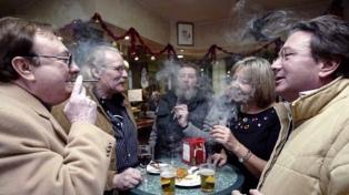 Entra en vigencia la ley que prohíbe fumar en bares y restaurantes