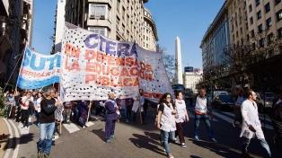 Gremios docentes pararon en todo el país en solidaridad con sus pares de Chubut y piden soluciones