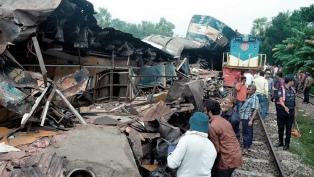 Al menos 16 muertos y 58 heridos por un choque de trenes en Bangladesh