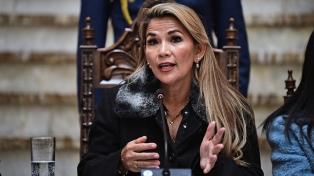 El gobierno boliviano admitió errores en el manejo de la pandemia y también culpó al MAS