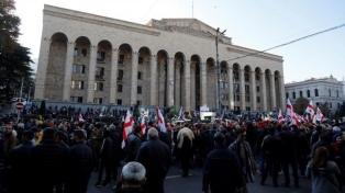 La oposición bloquea la sede del Parlamento, pide renuncias y es reprimida por la policía