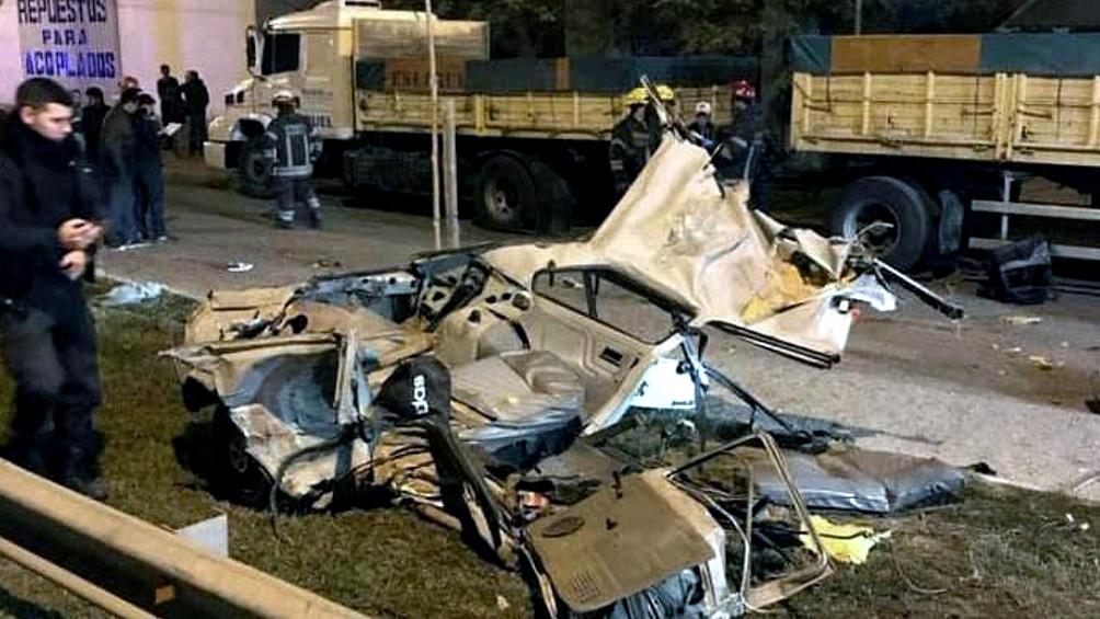 Los disparos de la policía provocaron que el auto Fiat 147 conducido por Suárez se estrellara contra un acoplado.