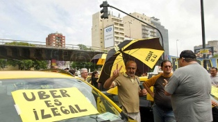 Taxistas reclaman el cierre de las apps de Uber y Cabify y adecuación de tarifas