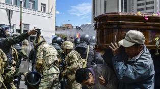 Reprimen en La Paz una marcha con los féretros de víctimas de la represión