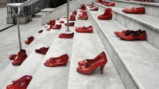 Intervienen con zapatos rojos las escaleras de la Corte platense