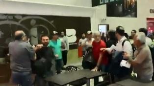 Tras aterrizar la delegación argentina, Grabois y Catalano fueron agredidos en Bolivia