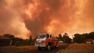 Dos muertos, cinco desaparecidos y miles de acorralados en una playa por los incendios