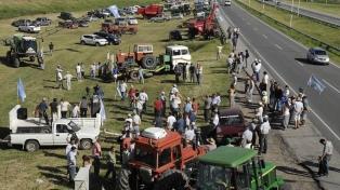 """Unos 200 ruralistas autoconvocados protestaron contra las retenciones con un """"tractorazo"""""""