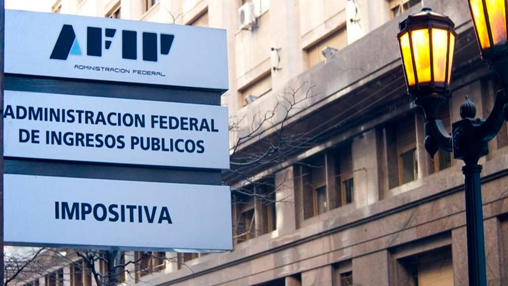 La Afip reglamentó la aplicación del impuesto a la compra de divisas y bienes y servicios en el exterior