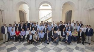 El gobernador se reúne con intendentes opositores para destrabar la ley impositiva