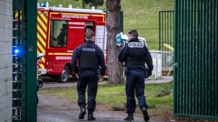 Un hombre mató a cuchilladas a una persona e hirió a otras dos antes de ser abatido