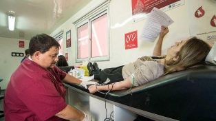 Un joven gay que no pudo donar sangre reavivó la polémica sobre los criterios de exclusión