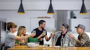 """Las noches de Telefe con personajes cenando una """"Divina comida"""""""