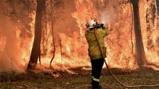 Cercado por los incendios, se desploma la aprobación del primer ministro