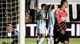Racing venció a Athlético Paranaense en el debut de Beccacece