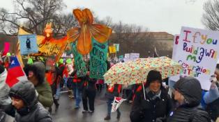 """Feministas frente a la Casa Blanca dedicaron a Trump el himno """"Un violador en tu camino"""""""