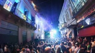 Los Amados animaron la fiesta callejera de la apertura del FIBA
