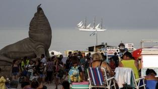 La Fragata Libertad fue recibida en Mar del Plata con música, veleros y vuelos rasantes