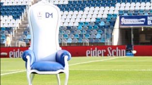 Fanáticos ofrecen casi un millón de pesos por el sillón de Maradona