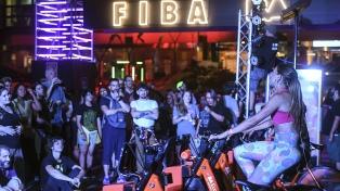 Una pequeña multitud en el cierre del FIBA