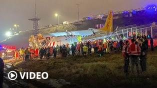 Un avión se despistó y se partió en tres: un muerto y 157 heridos
